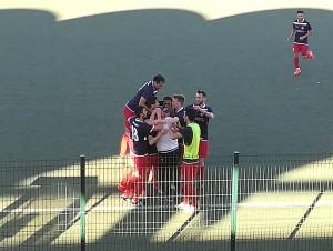 Abbraccio collettivo al gol-partita di Foti nel recupero